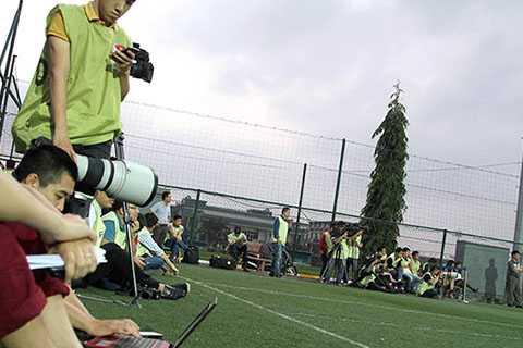 Ngay cả trong những buổi tập bình thường của ĐT Olympic Việt Nam, phóng viên cũng phải mặc áo bib mới được vào sân tập
