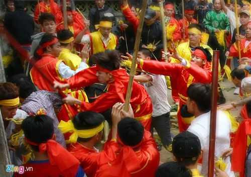 Một hình ảnh về cuộc xô xát ở hội đền Gióng năm 2015 - Ảnh: Zing