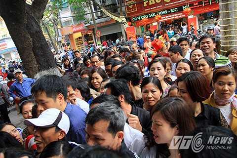 Đến khoảng 10 giờ sáng cùng ngày, lượng người xếp hàng bên ngoài các cửa hàng vàng vẫn rất lớn.