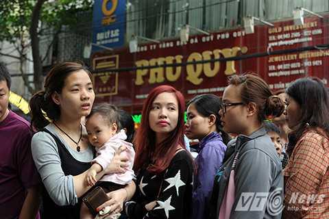 Thậm chí nhiều người còn mang theo cả con nhỏ tới xếp hàng chờ mua vàng