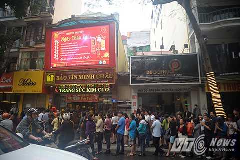 Ngay từ đầu giờ sáng ngày 28/2, tại nhiều cửa hàng vàng trên phố Trần Nhân Tông đã đông nghịt người xếp hàng chờ mua vàng