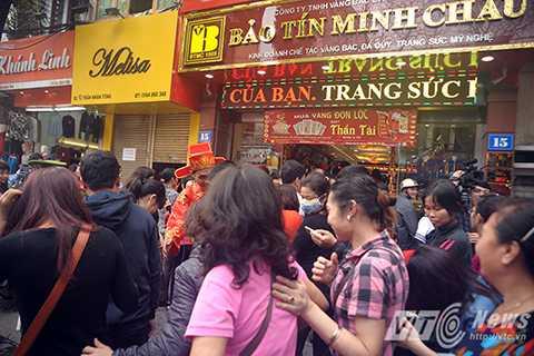 Hệ thống cửa hàng Bảo Tín Minh Châu luôn chật cứng khách đến mua
