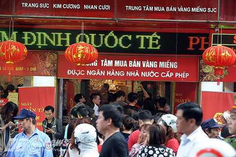 Không chỉ riêng cửa hàng Bảo Tín Minh Châu mà nhiều cửa hàng khác trên phố Trần Nhân Tông cũng đông nghịt người xếp hàng chờ mua vàng