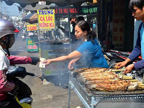 Cá lóc nướng là mặt hàng bán chạy trong ngày cúng Thần tài. Ảnh: Tấn Thạnh