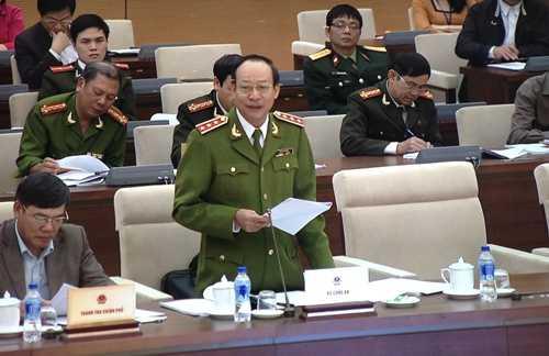 Thứ trưởng Bộ Công an - Thượng tướng Lê Quý Vương báo cáo Ủy ban Thường vụ Quốc hội sáng 27/2 về dự án Luật tổ chức cơ quan điều tra hình sự (Ảnh: Minh Chiến)