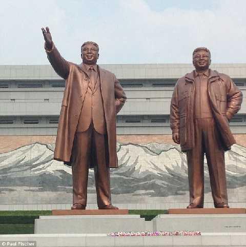 Điều đầu tiên khi đến thăm đất nước Triều Tiên là đặt hoa dưới chân bức tượng các nhà lãnh đạo nổi tiếng trên đồi Mansu