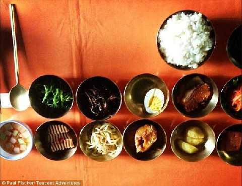 Có rất nhiều món ăn được bày ra dành cho khách du lịch