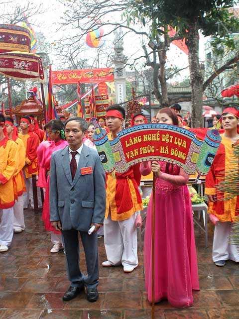 Đoàn rước tập trung tại đình làng Vạn Phúc để làm lễ dâng hương trước khi rước kiệu Thành Hoàng Làng đi du xuân.