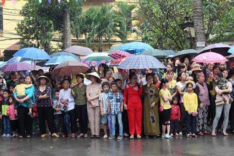 Rất đông người dân đã đội mưa đứng xem lễ rước trong trật tự.