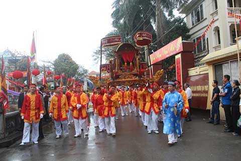 Đoàn rước đưa kiệu đi một vòng quanh làng với ý nghĩa tâm linh là đưa Đức Thành Hoàng đi du xuân đầu năm mới.