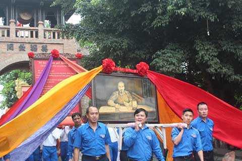 Theo sau là đội rước ảnh Chủ tịch Hồ Chí Minh cùng