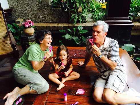 Bố mẹ chồng của nữ diva mang theo rất nhiều quà, vui vẻ ngồi chơi đùa cùng các cháu.