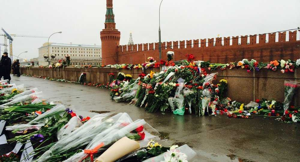 Hoa tưởng niệm cựu Phó Thủ tướng Nemtsov được đặt nơi ông bị bắn