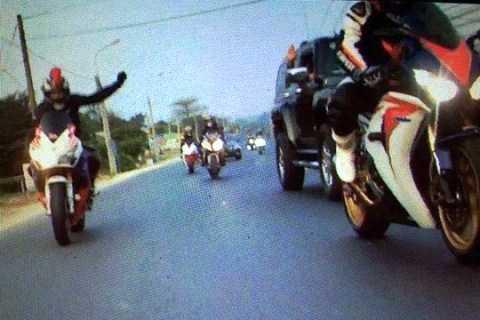 Anh Lê Thống Sứ chia sẻ hình ảnh đoàn mô tô đi phượt xin đường trước khi vượt đoàn bảo vệ giải đua xe đạp