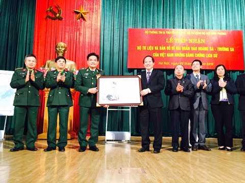 Thứ trưởng Trương Minh Tuấn tặng bộ tư liệu Hoàng Sa – Trường Sa