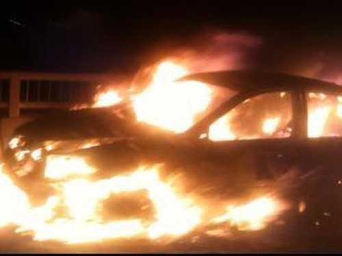 Chiếc xe bốc cháy dữ dội