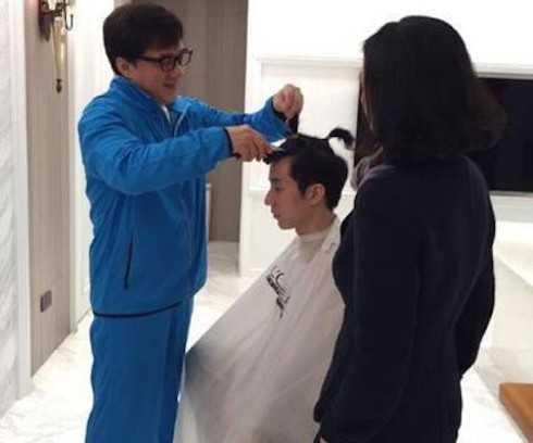 Siêu sao võ thuật Thành Long cắt tóc cho con trai sau khi Phòng Tổ Danh được ra tù.