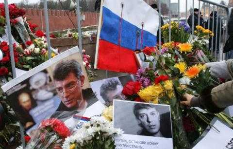Người dân Nga tưởng niệm cựu phó thủ tướng Nga Boris Nemtsov - Ảnh: Reuters