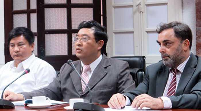 : Ông Phạm Hồng Quất, Cục trưởng Cục Phát triển thị trường và doanh nghiệp KHCN (giữa); Ông Andrew Holt, Bí thư thứ nhất phụ trách kinh tế xã hội của Đại sứ quán Anh tại Việt Nam (phải); Ông Nguyễn Văn Trúc - Giám đốc Trung tâm Đào tạo và hỗ trợ phát triển thị trường công nghệ (trái) trong buổi họp báo.
