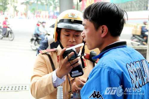 CSGT kiểm tra nồng độ cồn người điều khiển phương tiện tham gia giao thông (Ảnh: Minh Chiến)