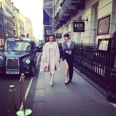 Tới dự buổi chụp hình mới nhất trong chuyến sang London gặp David Beckham Hà Hồ và Tóc Tiên đều gây ấn tượng mạnh với phong cách thời trang đẳng cấp.