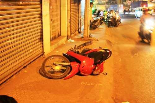 Chiếc xe máy được người điều khiển bỏ lại hiện trường và chạy trốn khi phát hiện bạn đi cùng văng xuống đường tử vong