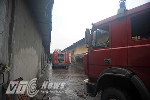 Hiện trường vụ hỏa hoạn nằm sâu trong khu công nghiệp Trại Gà