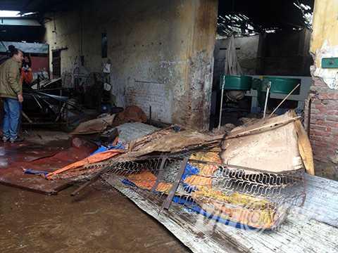 Ngọn lửa thiêu rụi nhiều đồ đạc cả ở bên trong và ngoài xưởng