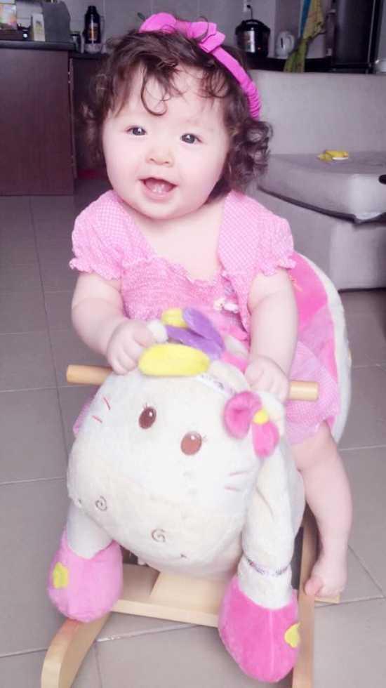 Bé Cadie sở hữu rất nhiều nét đẹp của Elly Trần, nên rất giống Elly Trần thuở nhỏ.
