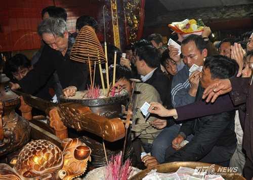 Chen lấn, xô đẩy, giẫm đạp lên nhau để xoa tiền vào bàn thờ xin lộc