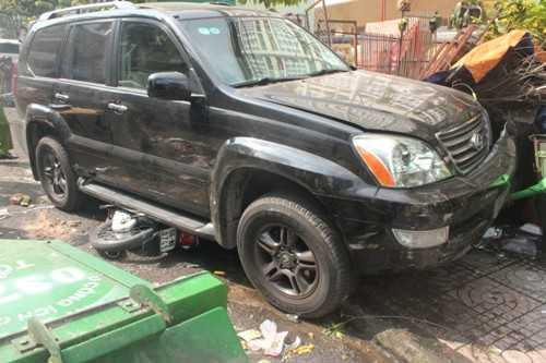 Chiếc xe máy cùng ông Lễ bị xe Lexus cuốn vào gầm kéo lên trên đường hơn 10 mét. Ông Lễ được người dân dùng con đội giải cứu đưa đi bệnh viện cấp cứu nhưng đã tử vong