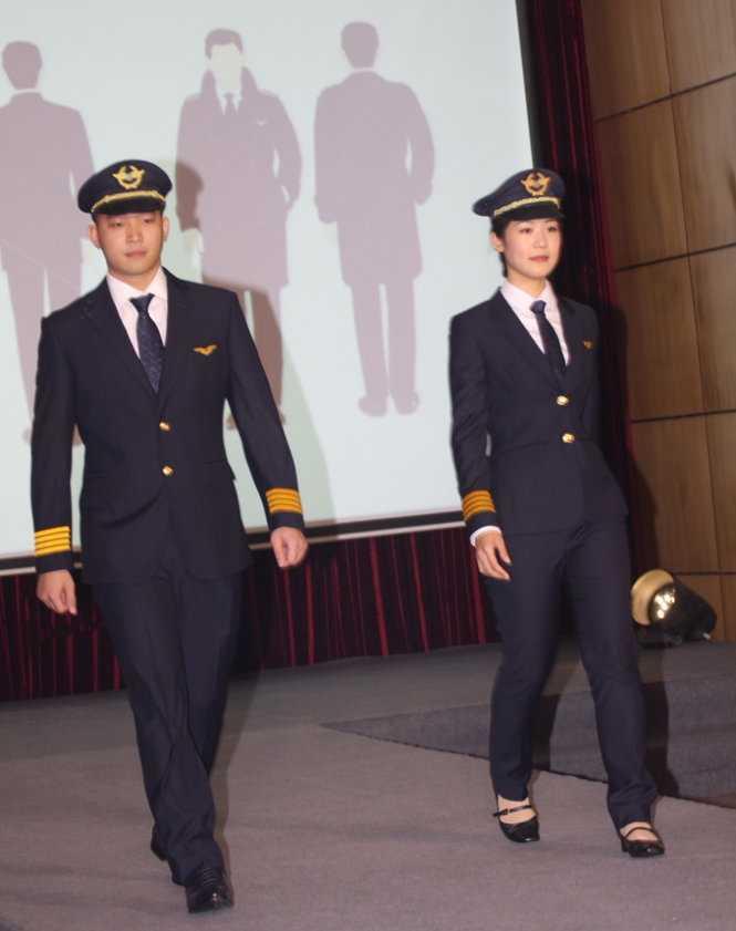 Đồng phục mới của phi công nam và nữ