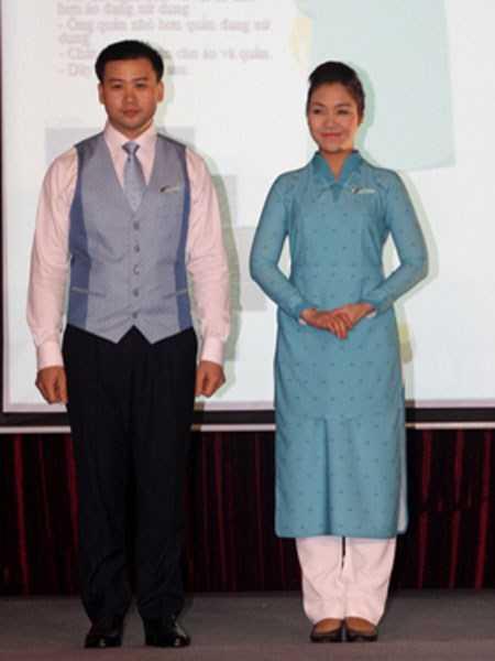 Nhiều ý kiến cho rằng bộ đồng phục mới khiến các tiếp viên giống... bồi bàn và phục vụ phòng