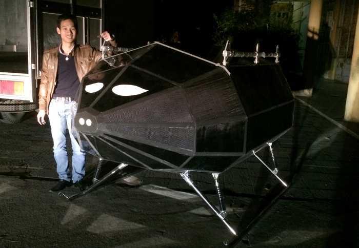Phạm Gia Vinh bên cạnh sản phẩm có trần bay 23 km do anh nghiên cứu, chế tạo