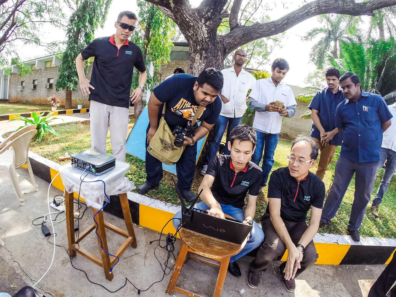 Phạm Gia Vinh (điều khiển máy tính) và các nhà khoa học Ấn Độ trong lần bay thử nghiệm tại Ấn Độ