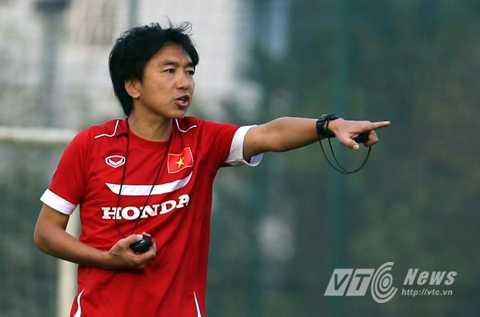 HLV Miura yêu cầu các học trò phải chuyền bóng chính xác (Ảnh: Quang Minh)