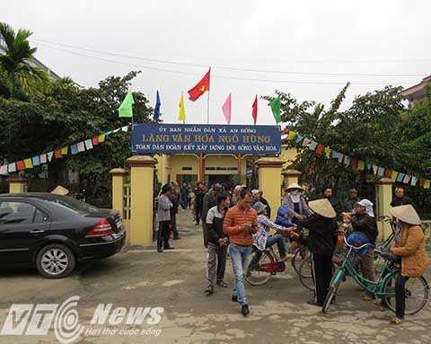 Người dân bức xúc yêu cầu chính quyền phải có biện pháp xử lý vì doanh nghiệp để cả làng bị 'bò hành' - Ảnh Minh Khang