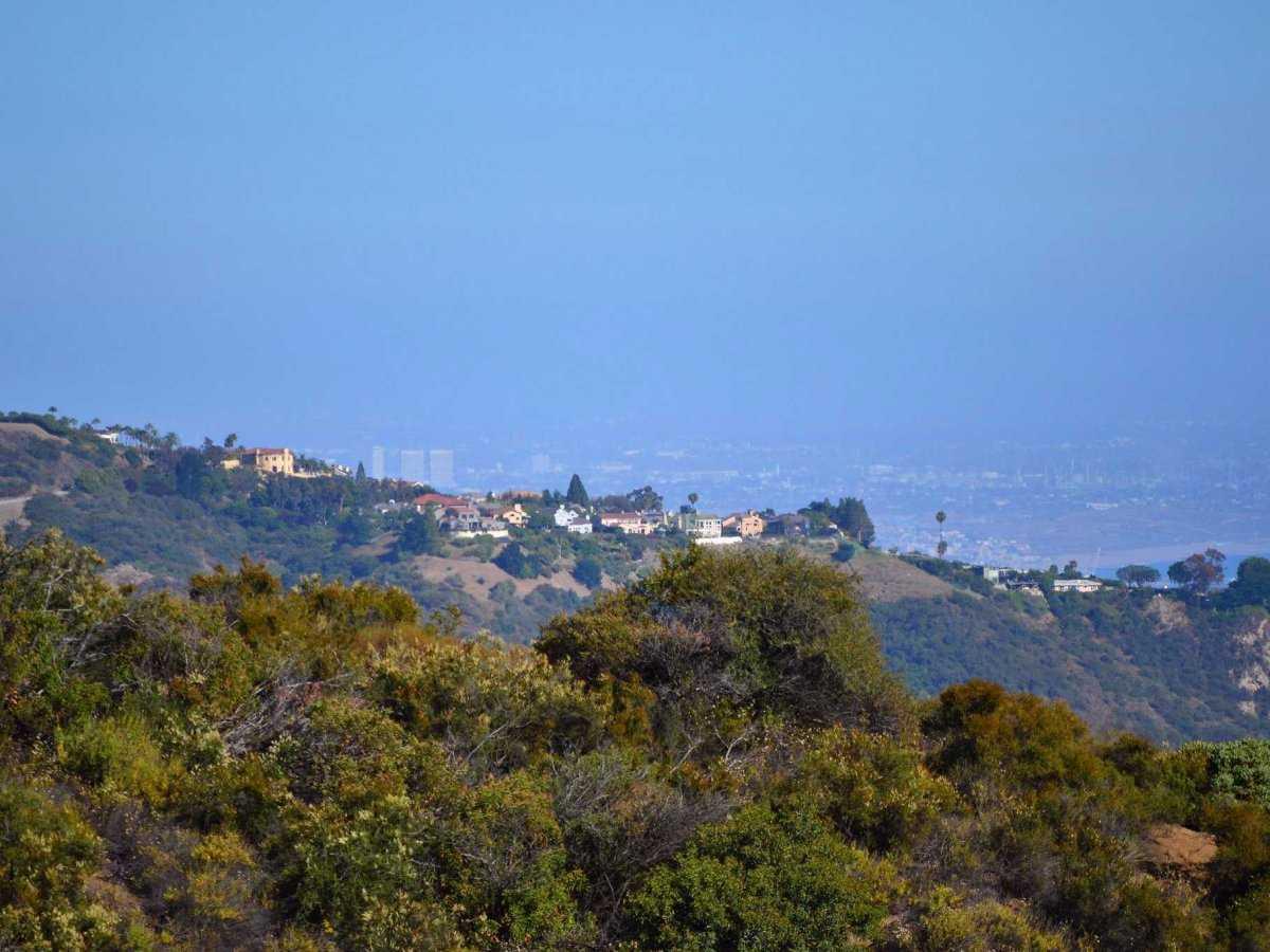 Evan Spiegel sinh năm 1990, anh lớn lên tại Pacific Palisades, Los Angeles, Hoa Kỳ - một khu vực xa xỉ gần Malibu. Cha mẹ của Spiegel đều là luật sư, tuy nhiên họ đã li dị khi anh còn học trung học