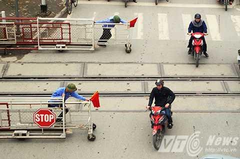 Mặc dù nhân viên gác chắn đã ra tín hiệu và kéo barie nhưng nhiều người vẫn cố tình vượt qua đường sắt