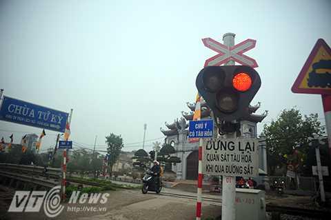 Ngay cả khi có còi và đèn báo hiệu, nhiều người vẫn cố tình băng qua đường tàu