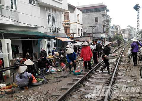 Chợ cóc họp bên cạnh đường ray tại khu vực Cổ Nhuế - Hà Nội
