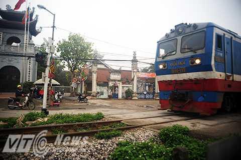 Một đoạn đường ngang cắt đường sắt không có rào chắn ngay tại thủ đô Hà Nội