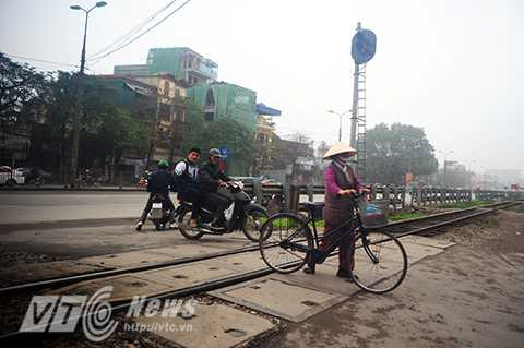 Mặc dù đèn cảnh báo đã bật sáng nhưng nhiều người dân vẫn vô tư băng qua đường sắt