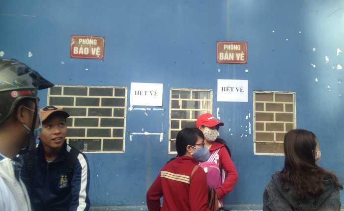 Tình trạng hết vé phổ biến ở sân Thống Nhất (ảnh: Hoàng Tùng)