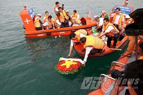 Thả hoa đăng trên biển tưởng nhớ các chiến sĩ hy sinh trong trận chiến bảo vệ đảo Gạc Ma