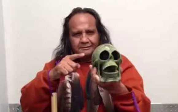 Kỹ sư Cabrera đang giới thiệu về một phiên bản của còi tử thần.