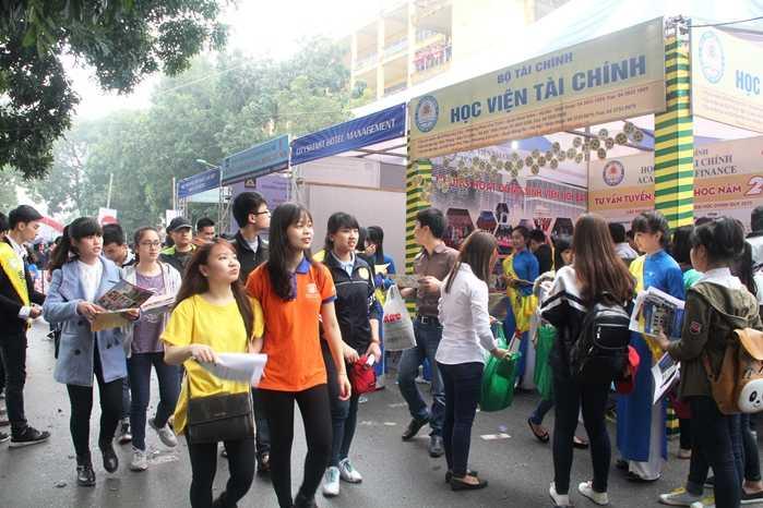 Hàng nghìn thí sinh tới tìm hiểu tại Ngày hội tuyển sinh 2015 tại ĐH Bách Khoa Hà Nội (Ảnh: Phạm Thịnh)