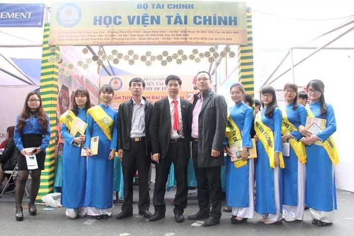 Đội tư vấn tuyển sinh hùng hậu của Học viện Tài chính