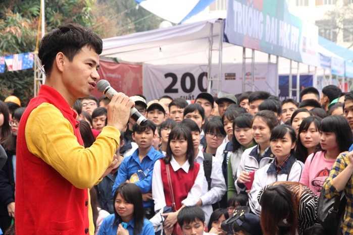 Các em học sinh chăm chú lắng nghe những chia sẻ về các ngành học tại ĐH Sân khấu và Điện ảnh Hà Nội từ danh hài Xuân Bắc