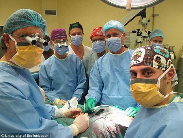Chàng trai 21 tuổi (giấu danh tính) trở thành người đầu tiên trải qua ca phẫu thuật ghép nối dương vật thành công trên thế giới